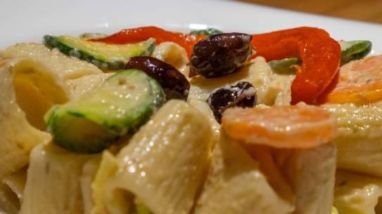 Mezze maniche, verdure estive e salsa al tonno