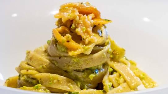 Tagliatelle al pesto di pistacchi e salmone affumicato